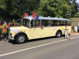 Der Nostalgiebus am Kerweumzug