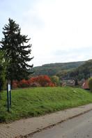 Die Grundschule liegt auf einer Anhöhe mitten im Grünen.