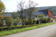 Blick auf die Paula-Best Grundschule vom Flugplatz kommend.