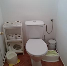 Chalupa_pro_děti_-_roubenka_záchod.jpg