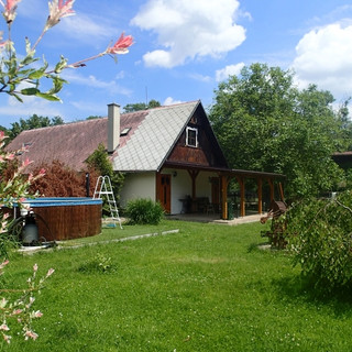 Chalupa_pro_děti_-_zahrada_2.jpg