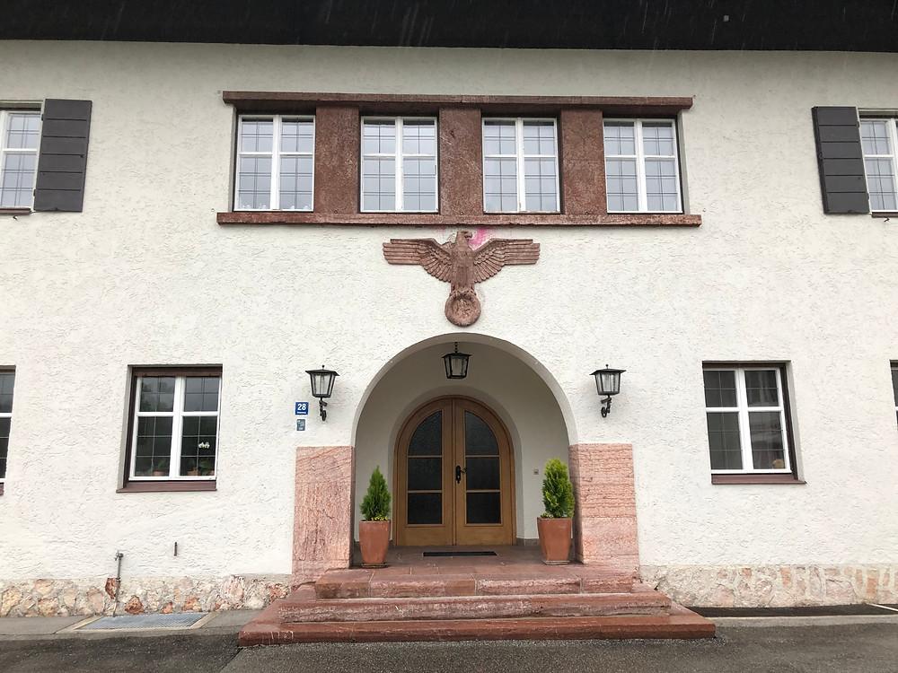 Eingang zur Kleinen Reichskanzlei in Bischofswiesen.
