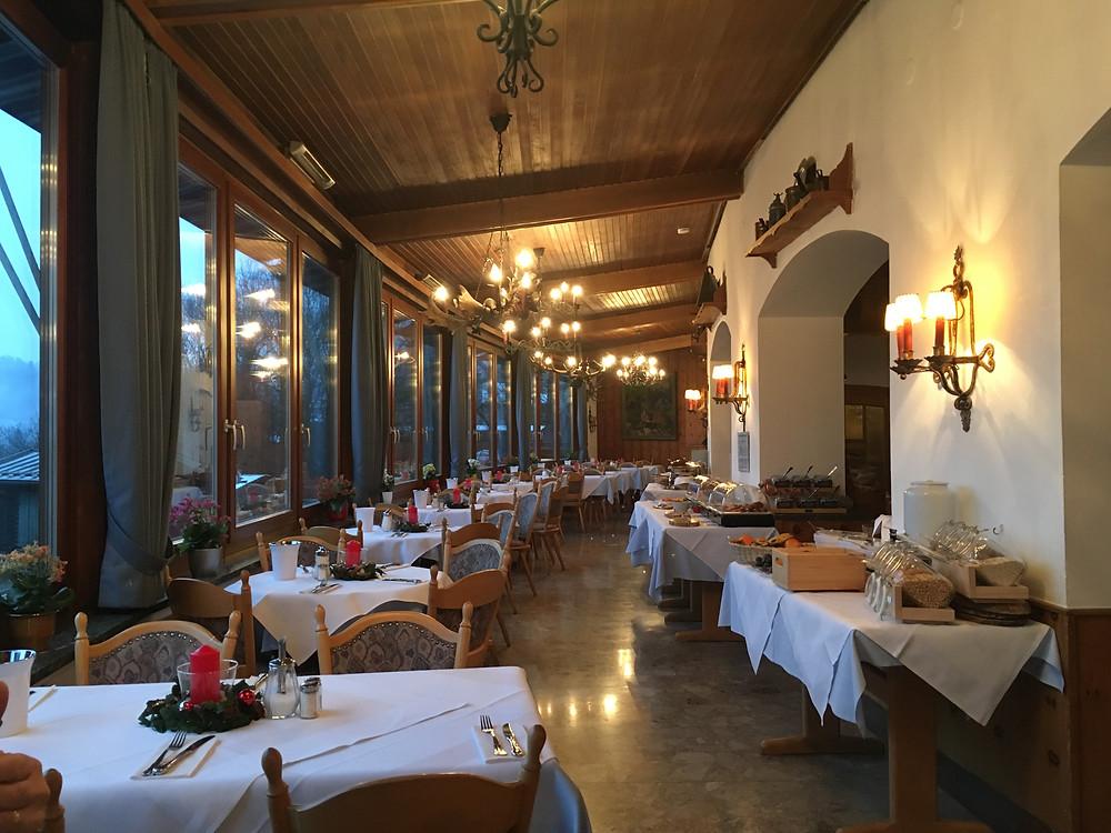 """Frühstücksraum im Hotel """"Vier Jahreszeiten"""" in Berchtesgaden"""