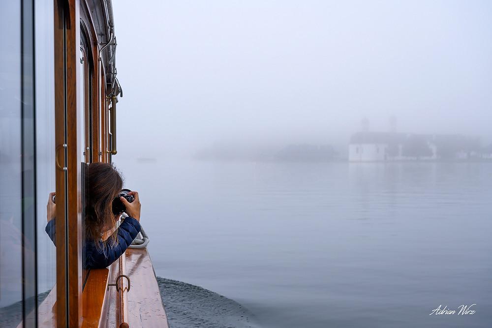 St. Bartholmä taucht im Nebel auf