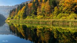 Spiegelnde Herbstfarben am Doubs