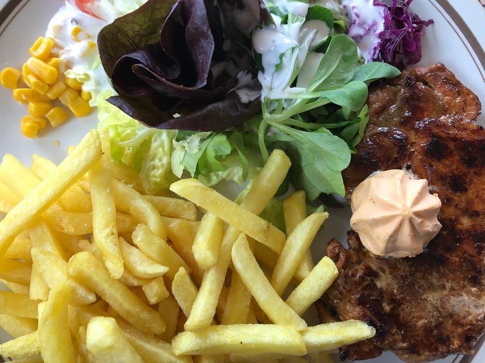 Berghaus Ober-Bölchen: Steak mit Pommes und Salat
