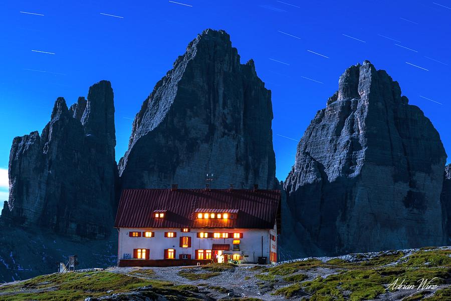 Dreizinnenhütte vor den Drei Zinnen bei Vollmond