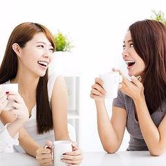 談笑する女性