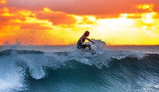 夕日を浴びるサーファー