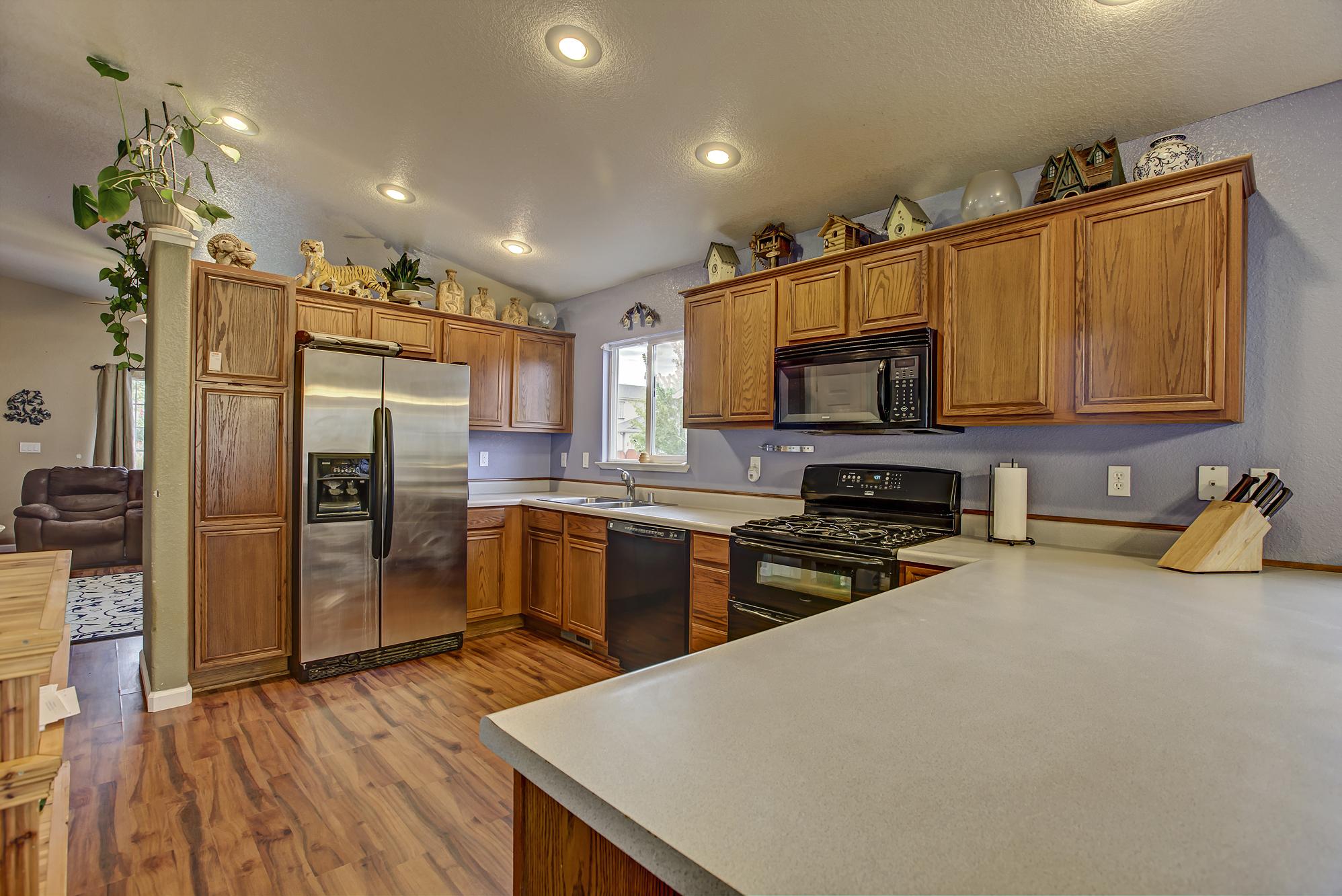 desertlakect17260-kitchen1