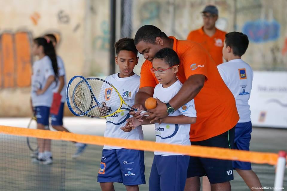 professor em aula de tênis para crianças de paraisópolis