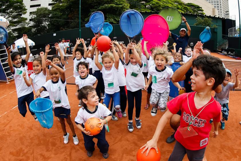 crianças praticando esporte na quara de tênis
