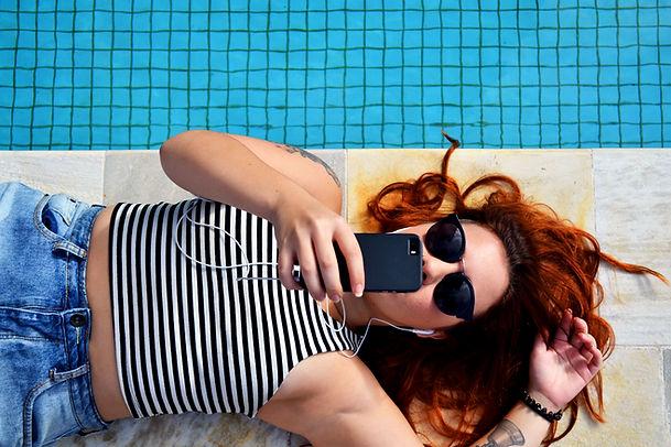 Chica acostada en la piscina