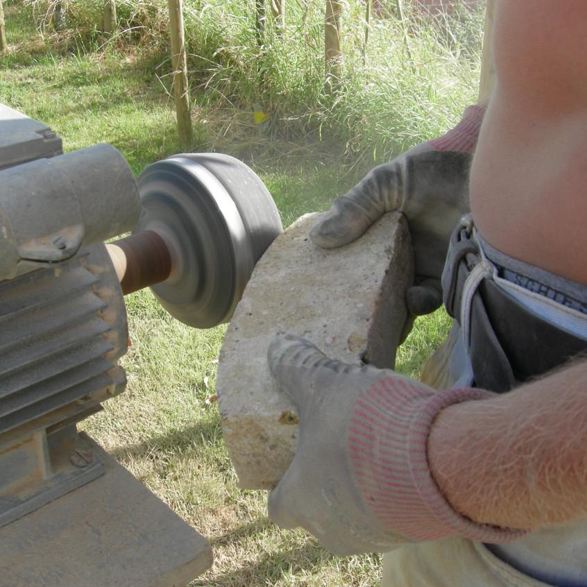 slijpen van baksteen met slijpmolen.