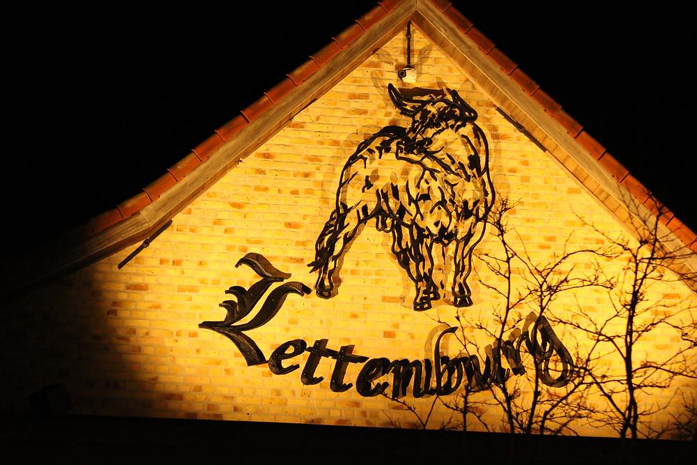 Het logo van restaurant Lettenburg in met verlichting. (Smeedwerken Mathias)
