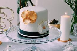 Gâteau chic, noir, blanc et or