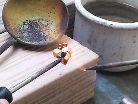Artesão produção pastihas para mosaico