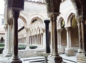Pátio  Duomo Monreale com capitéis historiados