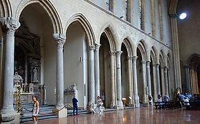 Interior da igreja São Lourenço Maior, com cachorro