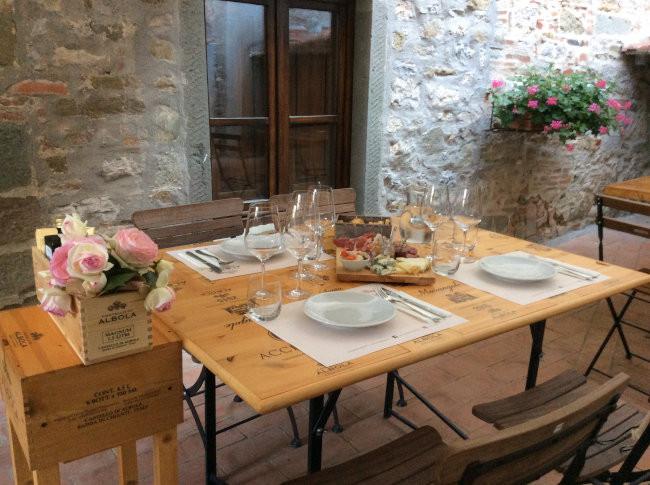 Mesa posta para a degustação de vinhos das nossas três clientes em um pátio interno do Castelo de Albola