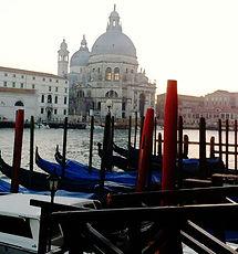 Gôndolas estacionadas em Veneza
