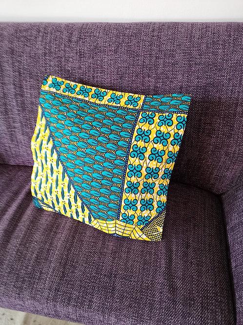 coussin jaune et bleu tissu africain fauteuil décoration ameublement coton pagne lavable en machine grain de sable