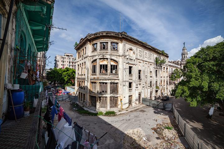 DasTheater Campoamor liegt einen Block hinter dem Gran Teatro de la Habana, das 2016 nach langen Renovierungsarbeiten wiedereröffnet wurde und in neuem Glanz erstrahlt. Das Teatro del Campoamor hingegen droht jeden Moment einzustürzen.