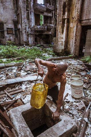Aus einer Zysterne holt sich Reinaldo das Wasser das er zum Waschen braucht.  © 2012 Thomas Heckner Photographie