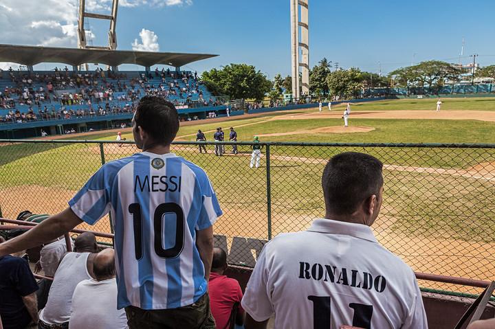 Messi y Ronaldo estan mirando pelota.jpg