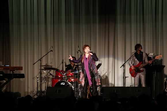 力強いボーカルを披露する渡辺 美里さん