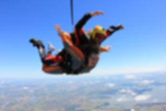 mulher-salto-de-paraquedas.jpg
