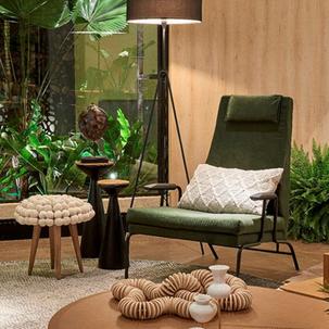 15 - Poltrona verde exercito e tons de madeira nos painéis deixam o espaço acolhedor e sofisticado
