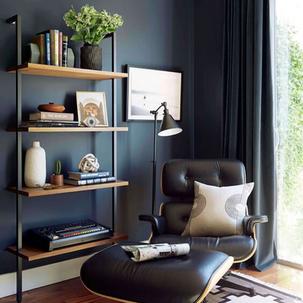 4 - Poltrona Charles Eames Preta com parede em azul escura ficou show!