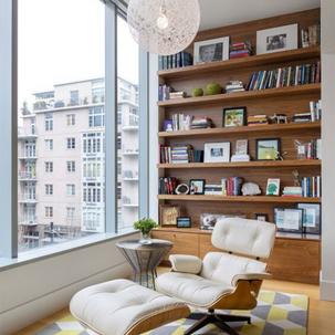 5 - Poltrona Charles Eames Bege e estante de livros em madeira