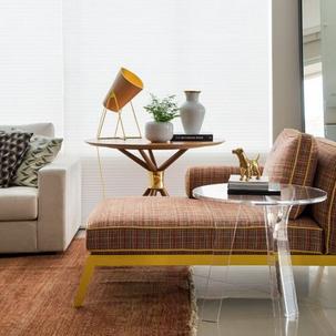 7 - Essa chaise xadrez com detalhes e pés em amarelo deixaram o espaço com personalidade