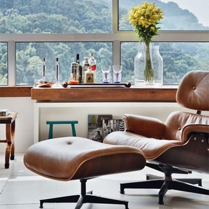 29 - Além da paisagem maravilhosa, a Poltrona Charles Eames abraça o espaço