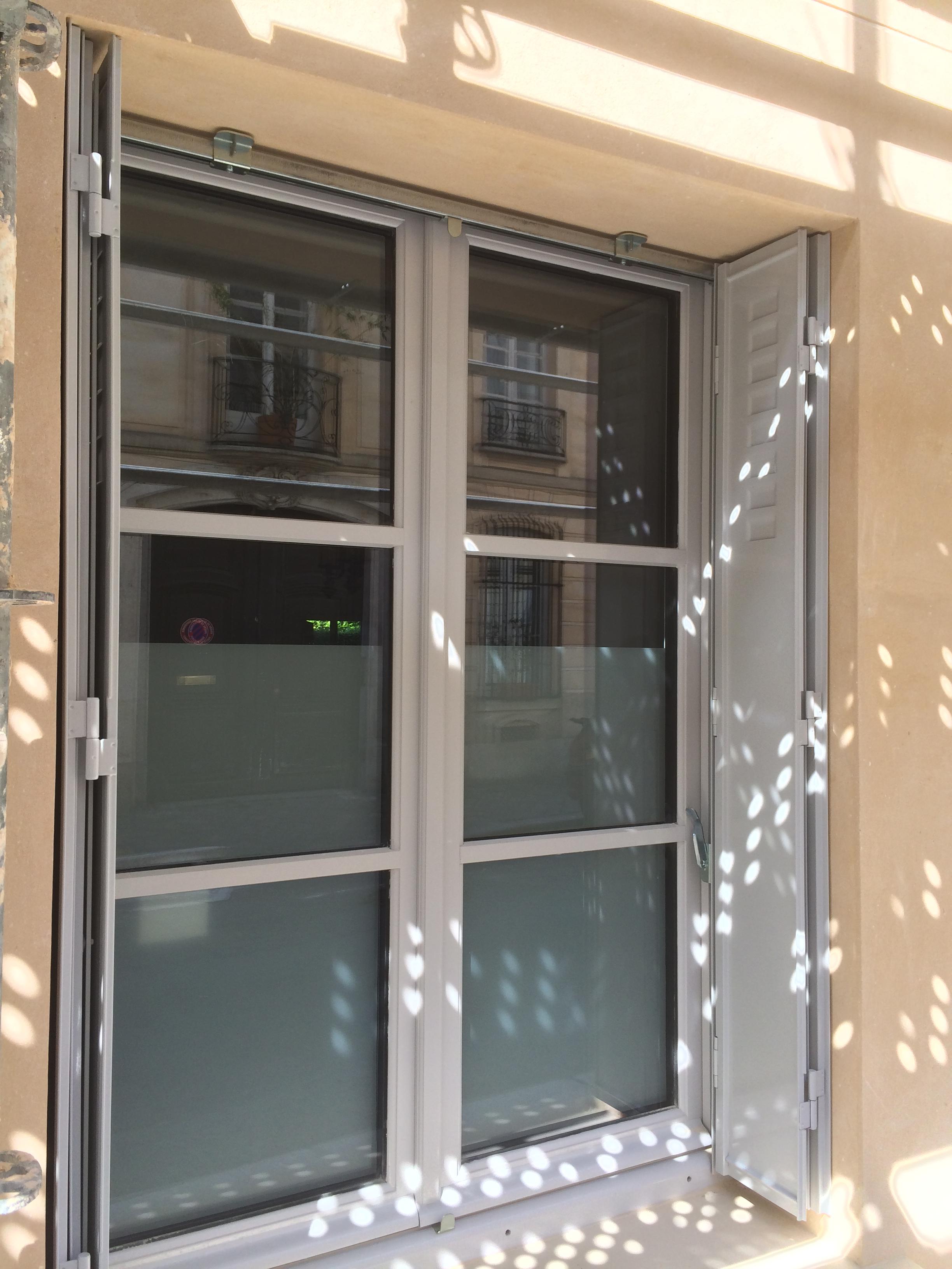 Vu extérieur fenêtre en bois