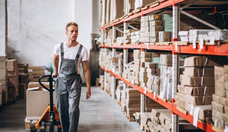 joven-trabajando-almacen-cajas_1303-1661