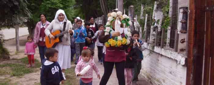 Procissão conduzida por religiosas na Diocese San Roque de Presidencia Roque Sáenz Peña