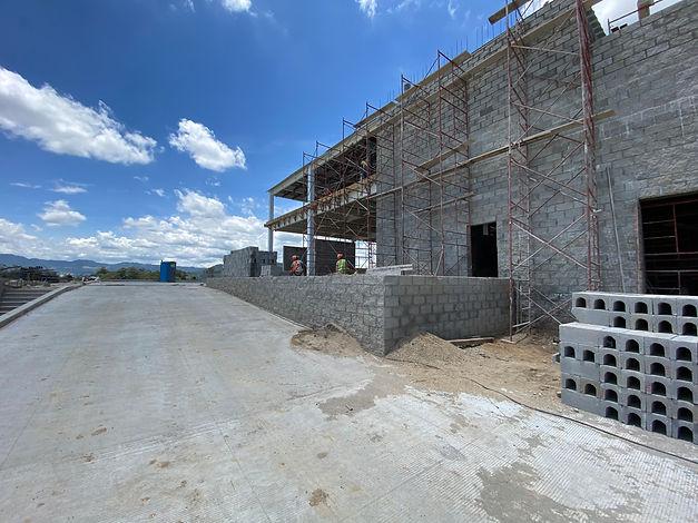Muro de block en construcción de obra gris