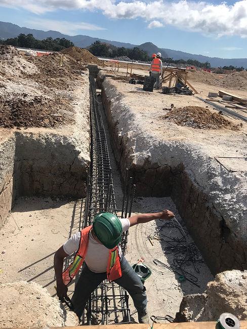 Instalación de cimientos con hierro por un trabajador de Los Cedros S.A.