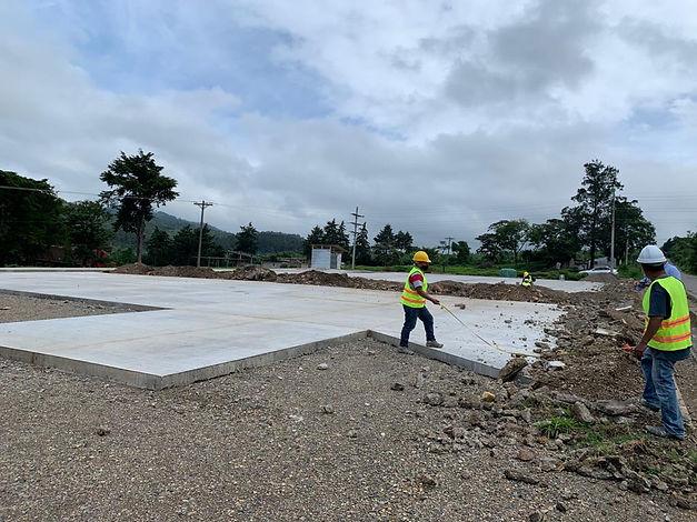 Losa de pavimento siendo medida por trabajadores de Los Cedros