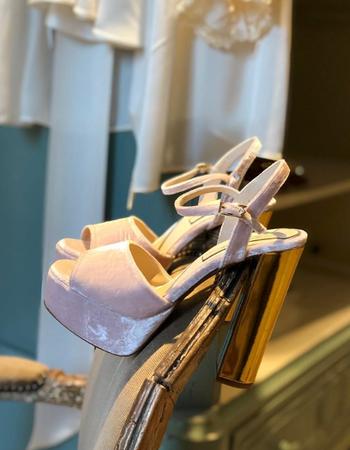 Queen Fonda. 14 cm. Terciopelo rosa y specchio oro.