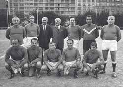 1971 A. Peretti et L. Newirth avec le football club des parlementaires