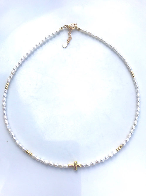 Gargantilla con perlitas y cruz en baño de oro