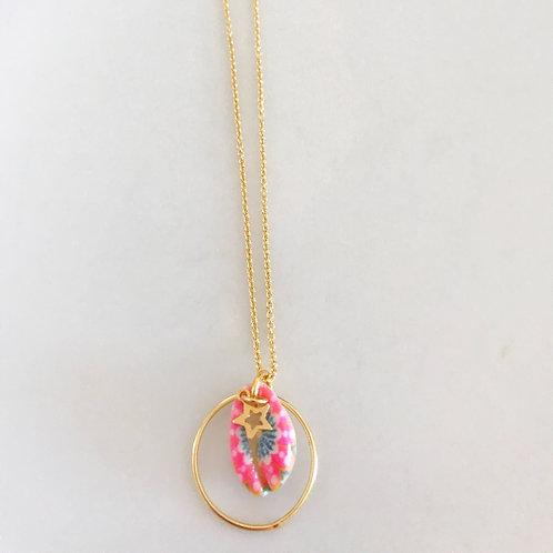 Colgante circulo concha color con estrella y cadena en baño de oro