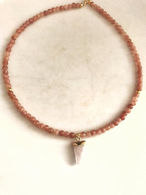 Gargantilla piedra de luna rosa y colgante colmillo cuarzo blanco