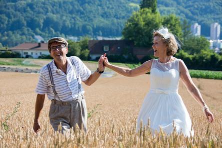 © Hochzeitsfotografin Ulrike Kiese im Weizenfeld mit Brautpaar.jpg