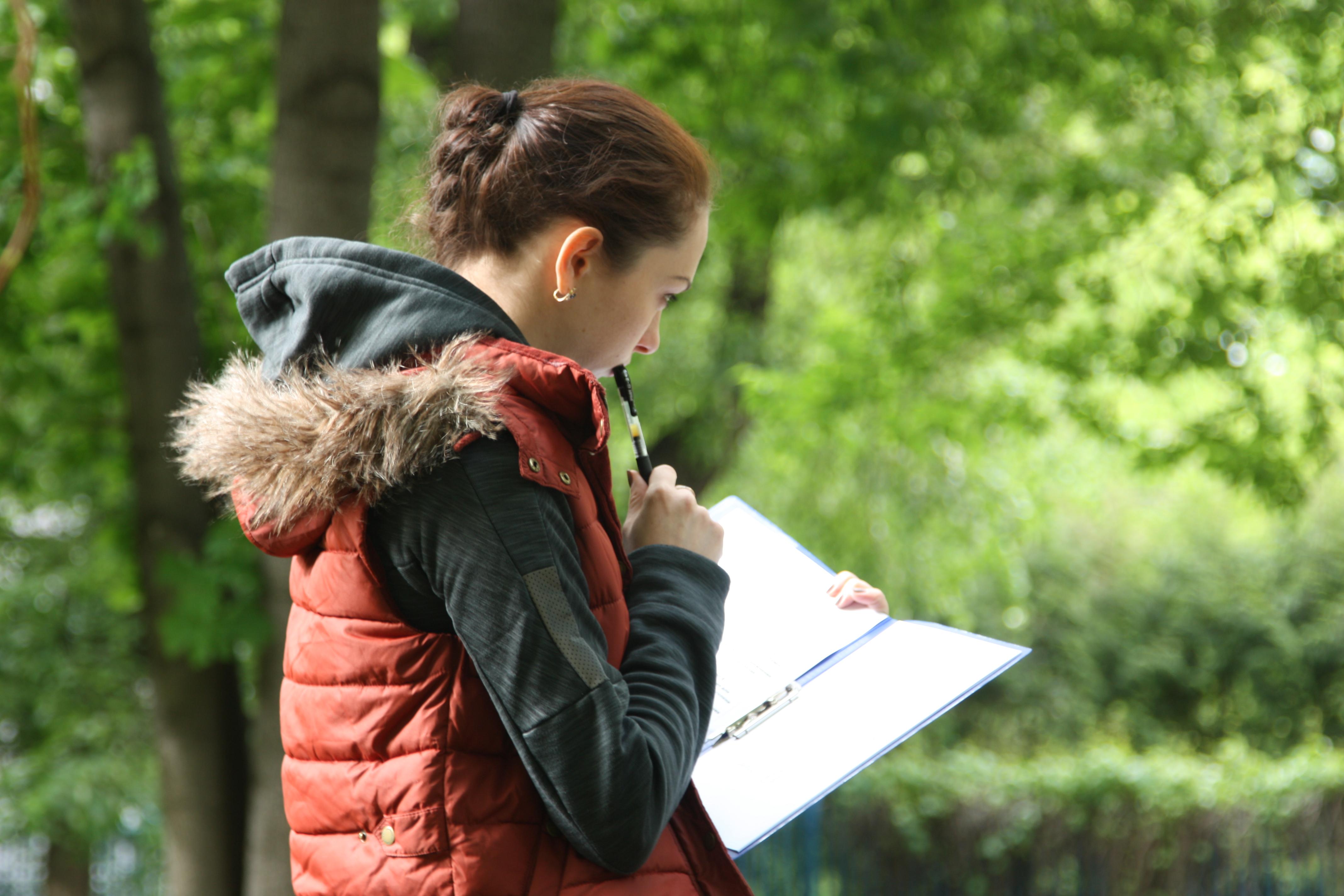 Сосредоточенный преподаватель