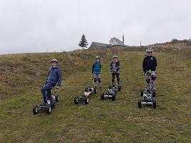 Photo de plusieurs jeunes pratiquants la mountainboard de descente sur Savoie Grand Revard